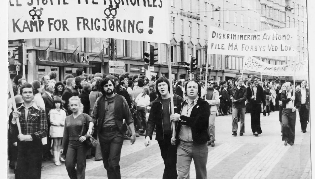 Kenneth Borphy (26) til høyre på bildet, bar parolen «All støtte til homofiles kamp for frigjøring» i Faglig 1. maifront-toget i Bergen i 1972, ti dager etter at lovforbudet mot sex mellom menn ble opphevet.