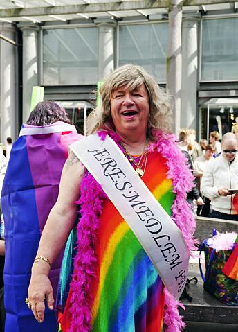 For 50 år siden startet Kenneth Brophy (74) bergensavdelingen av DNF-48. Han ble utnevnt til æresmedlem i FRI under landsmøtet i april 2016. Her er æresmedlemmet i kjole i anledning paraden under Regnbuedagene i Bergen samme år.