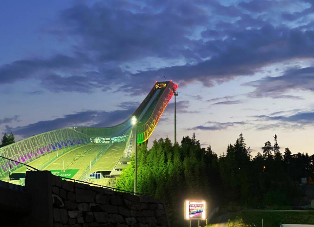Holmenkollen nasjonalanlegg bader i regnbuefarger.