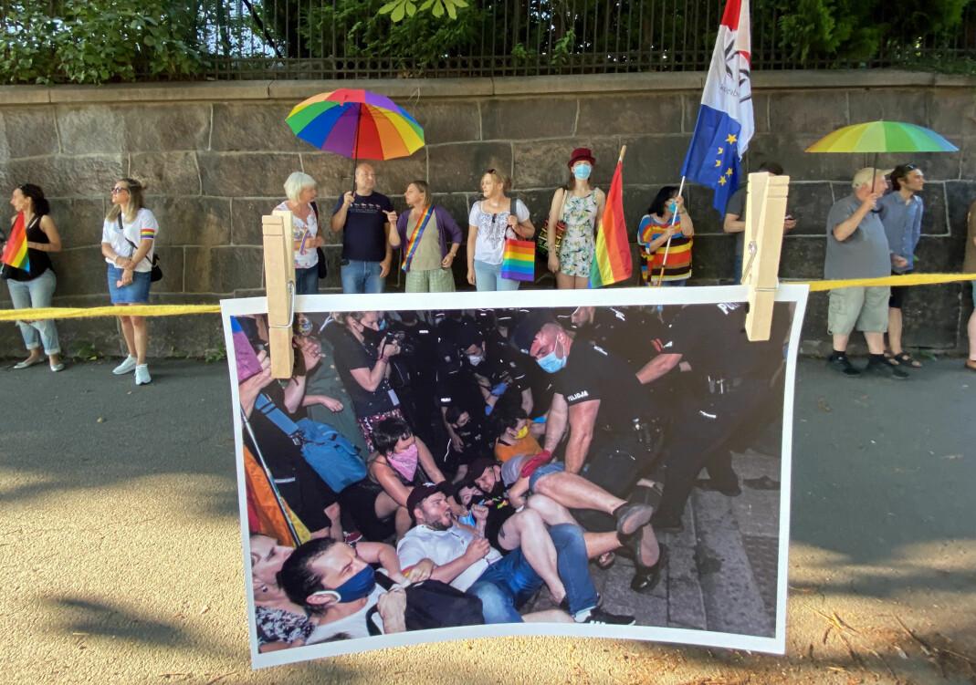 Nærmere 100 personer møtte opp utenfor Polens ambassade i Oslo.