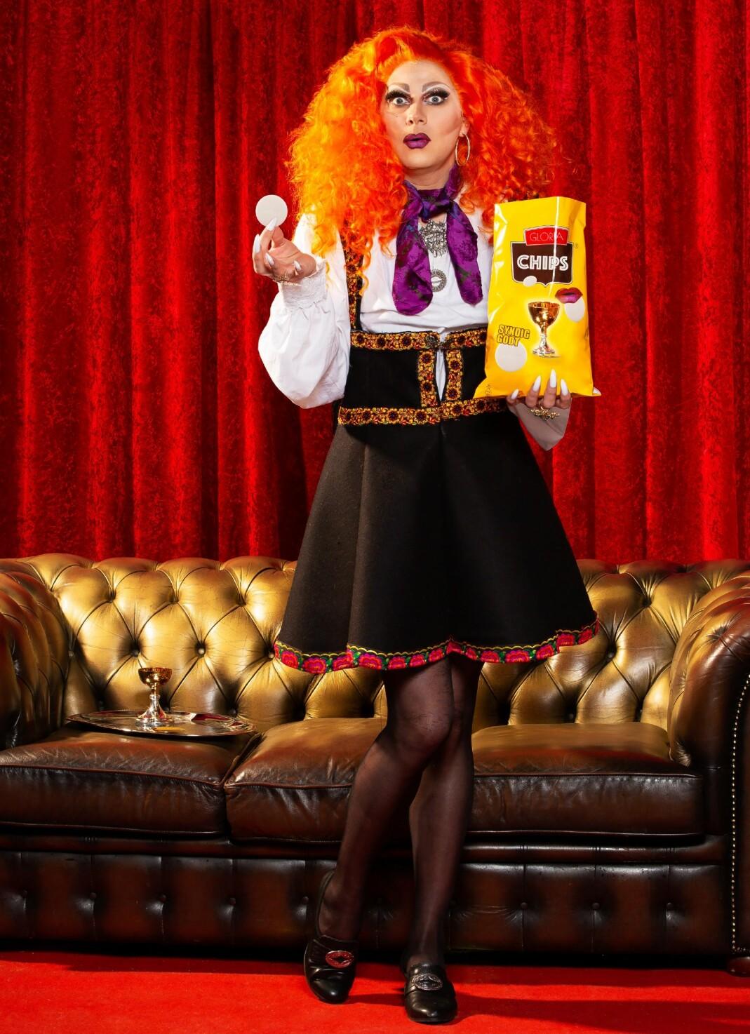 Gloria Mundi, kjent fra dragtruppen X-Dolls, er en av mange dragdronninger som er portrettert i boka «Parykker, stiletter og frigjøring».