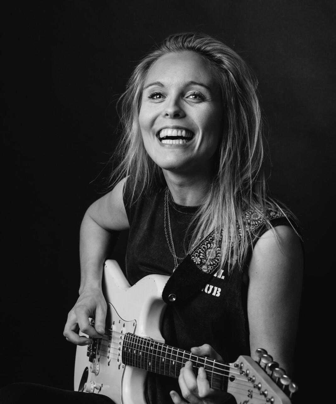 Sanger og låtskriver Tora Dahle Aagård har kanskje kommet litt i skyggen av gitarspilleren. Men med ærlige, ekte og eksplisitte tekster håper hun å få et nytt publikum blant lesbiske.