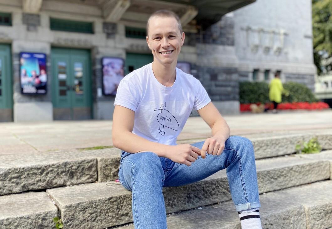 Kristian Berg Jåtten debuterte på DNS i 2015. Han har spilt i mange produksjoner, blant annet «KIM F» om Kim Friele, og har et stort engasjement rundt tema som diskriminering i ulike former. I 2019 vant han teaterprisen Rampeløkten.