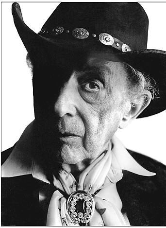 Quentin Crisp døde kort tid før sin 90-års dag, på turné i England. Han møtte døden i sitt for-hatte hjemland, men fikk det som han ville til slutt. Asken ble fløyet tilbake til New York og ble spredd over Manhattan.