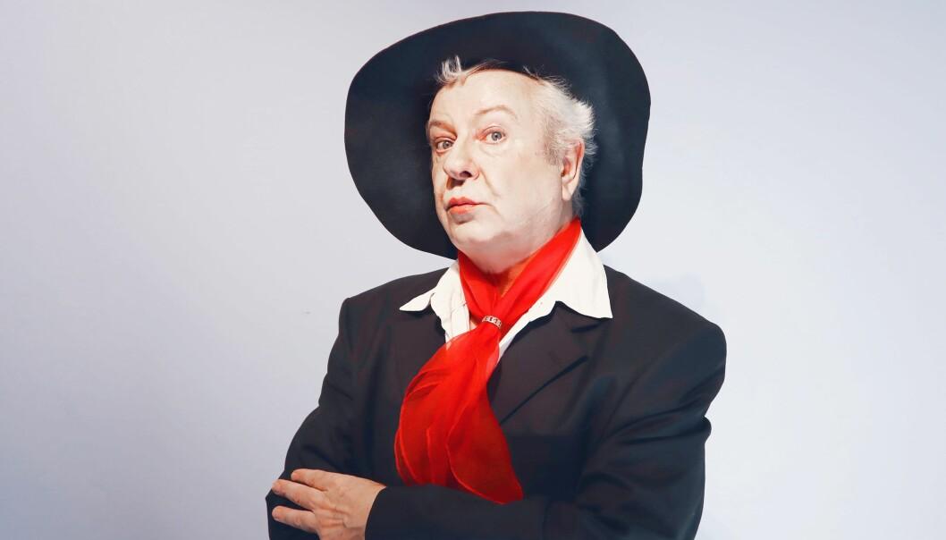 Morten Rudå spiller Quentin Crisp i monologen «Resident Alien». Rudå var med på å starte Great Garlic Girls i 1981, er utdannet skuespiller ved The American Academy of Dramatic Arts i New York og teaterpedagog fra Kunsthøgskolen i Oslo.