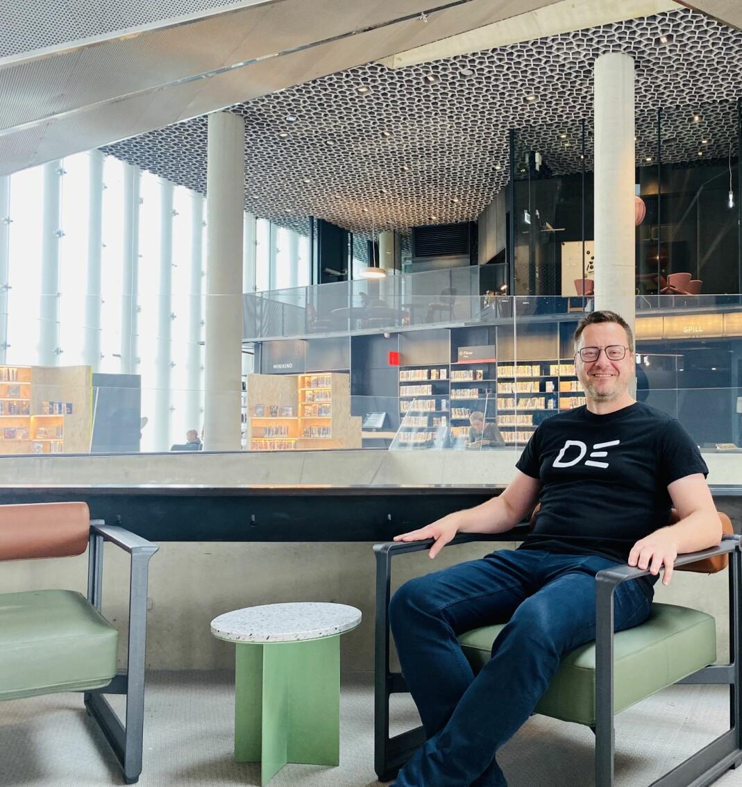 – Tida hvor direktører har et prangende kontor er definitivt over. Her på bygget sitter alle i åpent landskap og finner kontorplass der det til enhver tid er ledig, sier Knut Skansen.