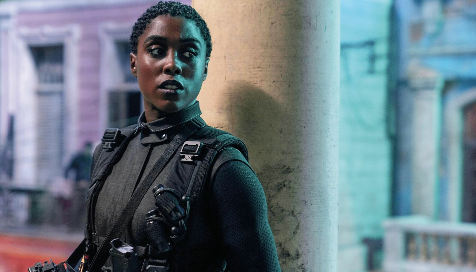 «No Time To Die» der lesbiske Lashana Lynch spiller den nye 007-agenten Nomi, er spilt inn på Jamaica, i de skotske høyfjellene Cairngorms, London, Færøyene, Norge og Italia.