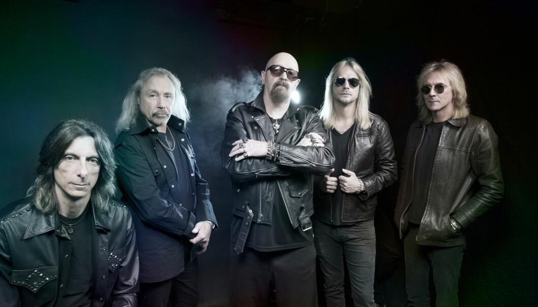 Rob Halford, i midten er frontfiguren i Judas Priest.