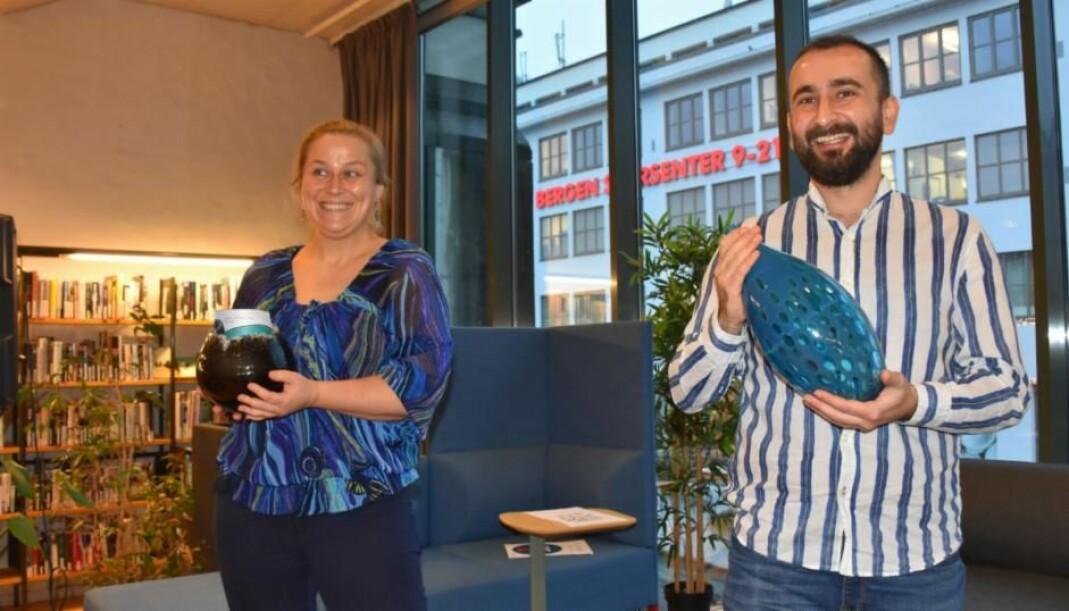 PRISVINNERE: Olaug Nilssen og Nader Turkmani på utdelingen på Bergen Offentlige Bibliotek.