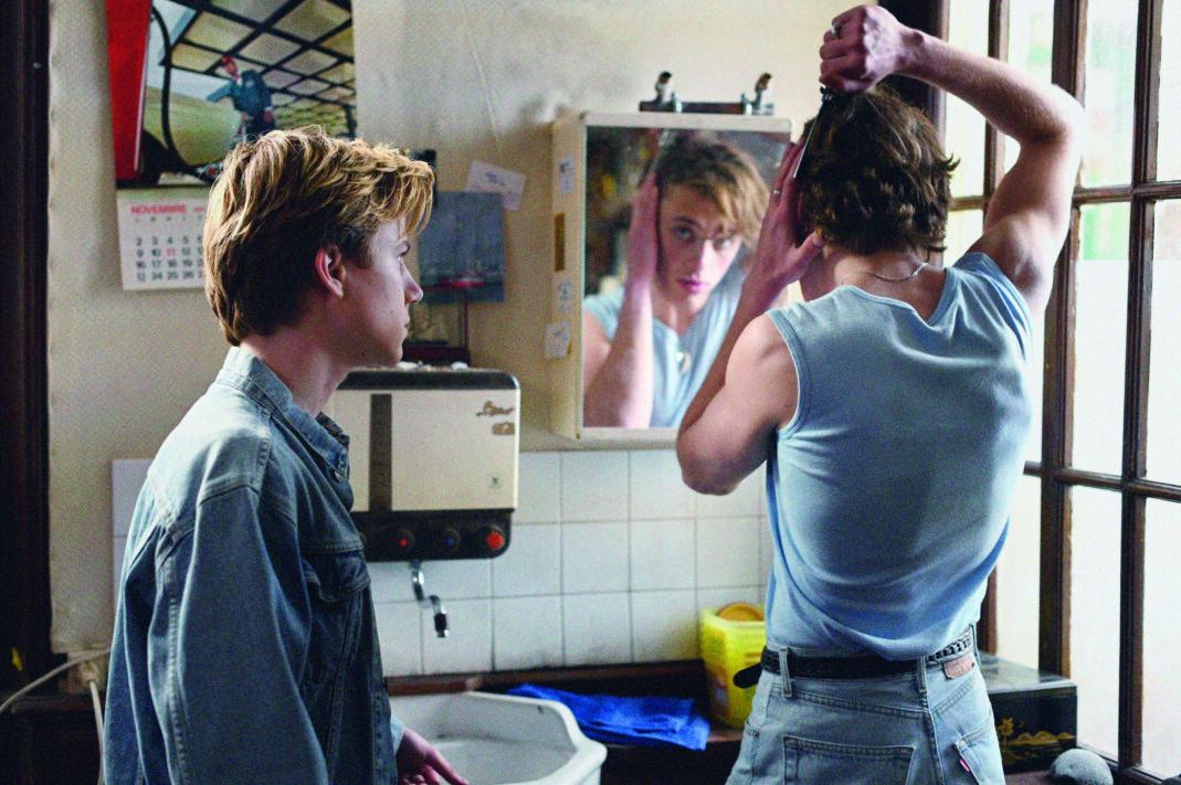 François Ozon sin nye film, «Sommeren 85», er basert på Aidan Chambers' roman «Dance on My Grave», fra 1982, som kom på norsk i 1984, «Dans på min grav». Den regnes som en av de første positive skildringene av homofili i ungdomslitteraturen.