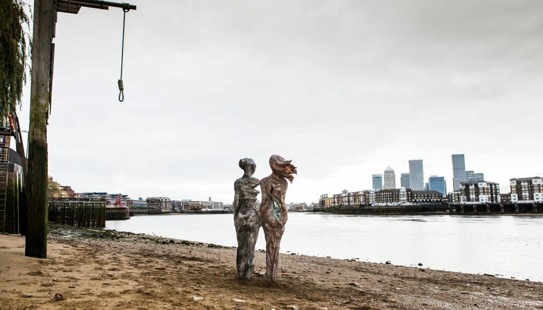Mary Read og Anne Bonny herjet og plyndret seg rundt i Karibia, og var to av 1700-tallets mest kjente sjørøvere, likevel står det lite om paret i historiebøkene. Skulpturen av dem er laget av Amanda Cotton.