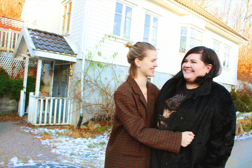 Kaja Dahlen Songe (t.v.) og Kristina Grimestad har funnet lykken med hverandre og tre katter på landet. De pusser nå opp Kristinas barndomshjem, et hvitmalt sørlandshus i bygda Holum en kort kjøretur fra Mandal.