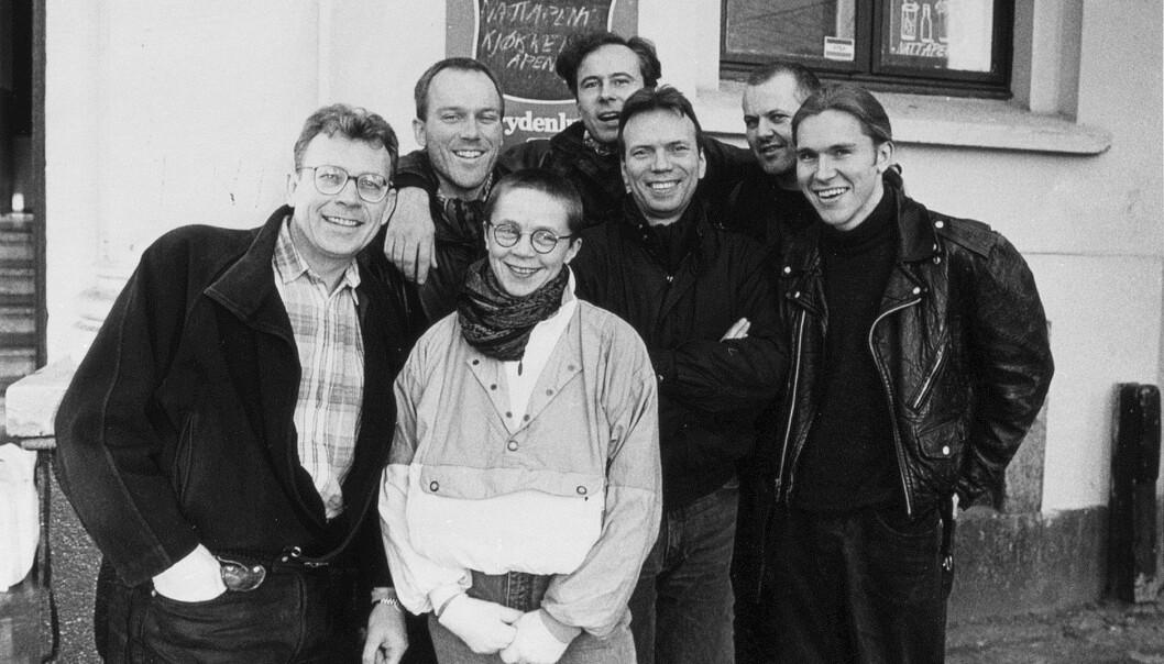 """<span class="""" italic"""" data-lab-italic_desktop=""""italic"""">I det tidligere Homohuset på St Olavs plass i Oslo, hadde Blikk sitt første redaksjonslokale. I februar 1991 kunne redaksjonen sende ut den første Blikk-avisa til abonnentene. Fra venstre: Arne Walderhaug, Anfinn Bernaas, Tom Ovlien, Øyvind Rauset, Svein Skeid, Bjørn Eirik Førlid og Ellen Spangelid i front.</span>"""