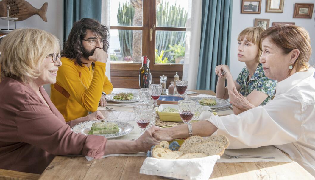 Når Eva og Jorge får vite at bestemødrene deres Sofía spilt av Verónica Forqué (t.h.), og Celia spilt av Rosa María Sardá, planlegger bryllup, skaper det kaos i deres egne planer.
