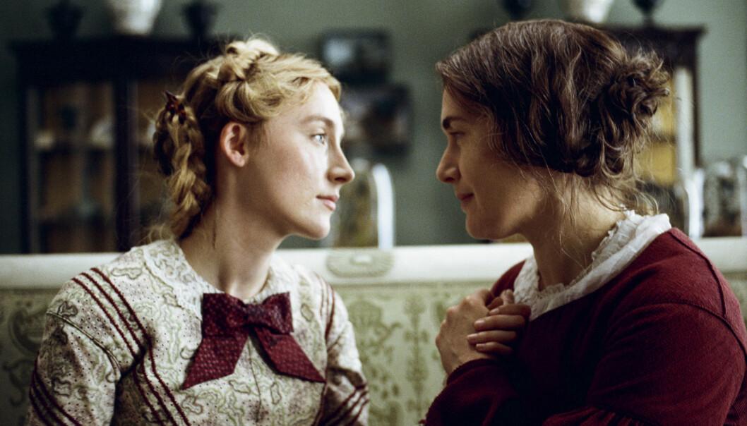 Saoirse Ronan (t.v.) og Kate Winslet spiller hovedrollene i Oscar-kandidaten «Ammonite», som følger oversette paleontologen og fossiljegeren Mary Anning (Winslet) på 1840-tallet. Forholdet endrer livene deres for alltid.