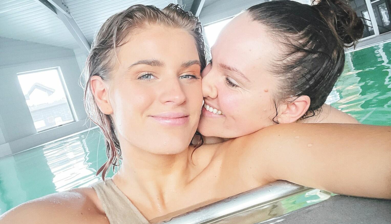 Etter to år som venner, var det Camilla Lorentzen (t.h.) som gikk inn for det første kysset. – Jeg har aldri vært så lykkelig i hele mitt liv, sier Julie Visnes.