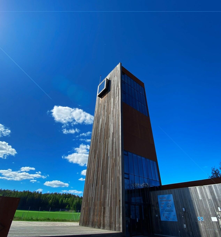 Solbergtårnet har heis, og når du kommer opp har du utsikt til flate jorder og en motorvei. Mange mener at tårnet framstår som avvisende og kaldt, men det gjør det ikke mindre egnet som cruisingområde av den grunn.