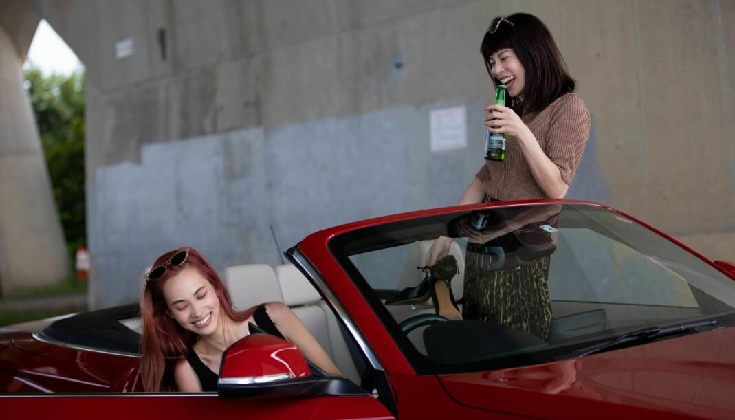 I «Ride or Die» spiller Kiko Mizuhara (til venstre) en lesbisk kvinne på rømmen sammen med barndomsforelskelsen sin, spilt av Honami Sato.