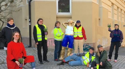 Pappklubben fra Kampen har laget Norges første lesbiske statue: – Målet er å sette lesbiske kvinner på sokkel, ikke på benk
