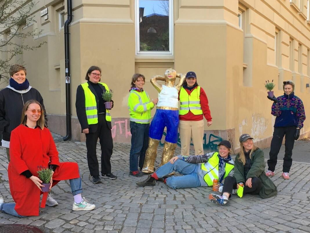 Pappklubben fra Kampen avduket skulpturen av lesbiske Mona på Ruth Maiers plass under Lesbian Visibility Day.