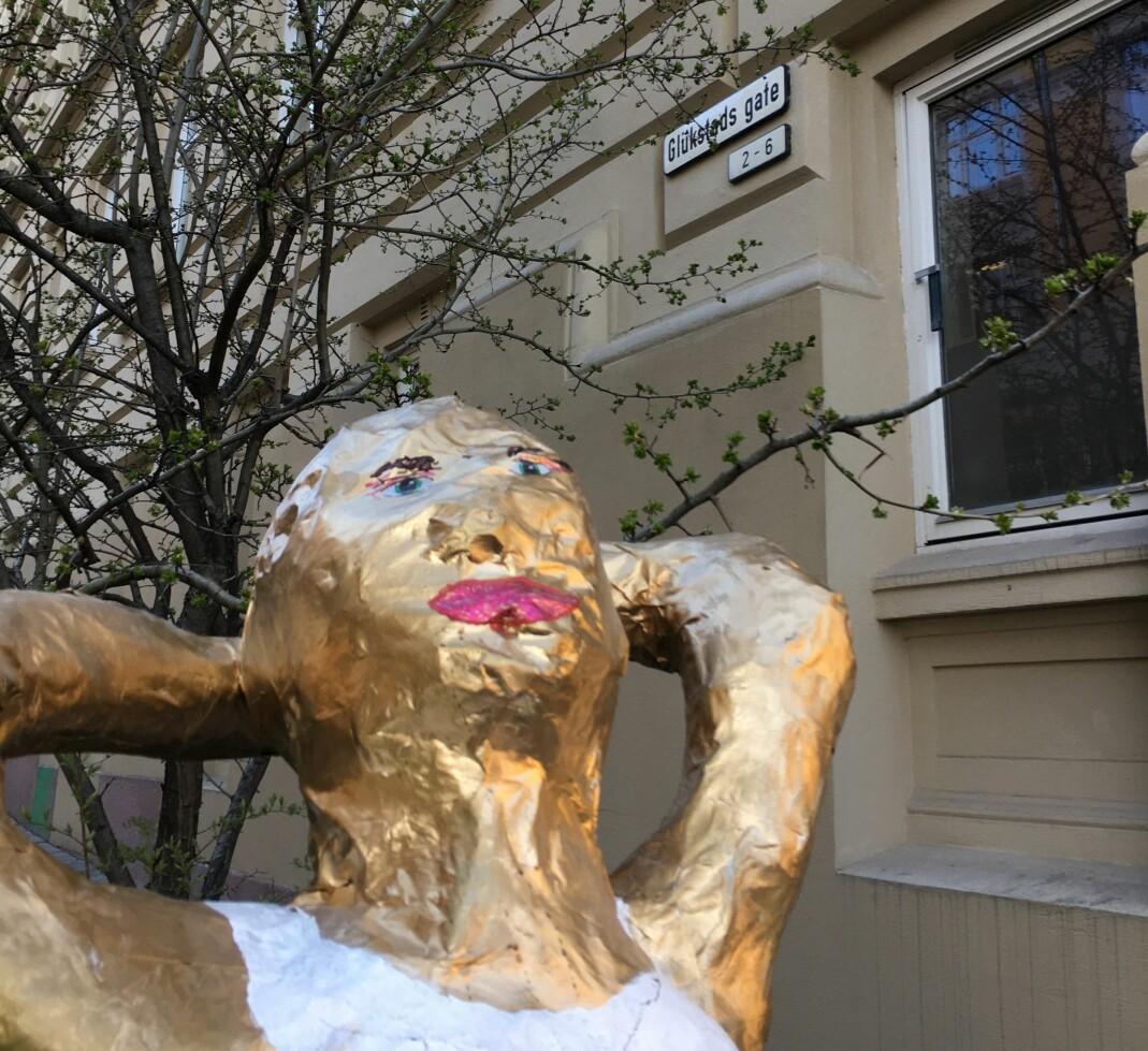 Den omreisende lesbiske skulpturen Mona ble plassert på Ruth Maiers plass for anledningen.