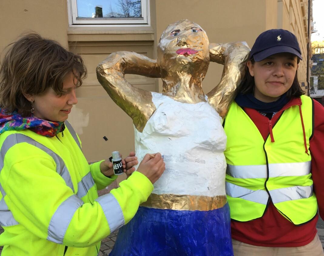 Mona males med refleksmaling, for synlighetens skyld. Her med Maria Refsland (t.h.) og kunstner Christa Barlinn Korvald fra Pappklubben.