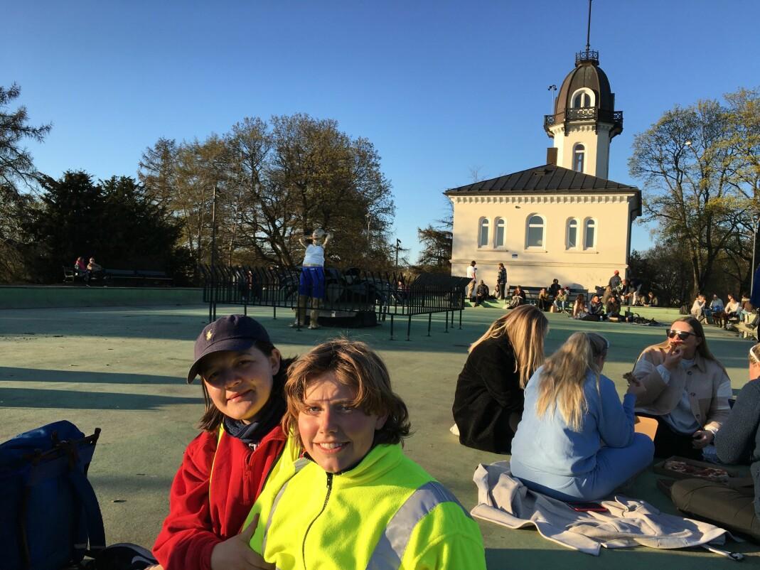 Mona ble fraktet videre til St. Hanshaugenparken og ble plassert på hedersplass midt i fontenen. Maria Refsland (t.v.) og Christa Barlinn Korvald i front.