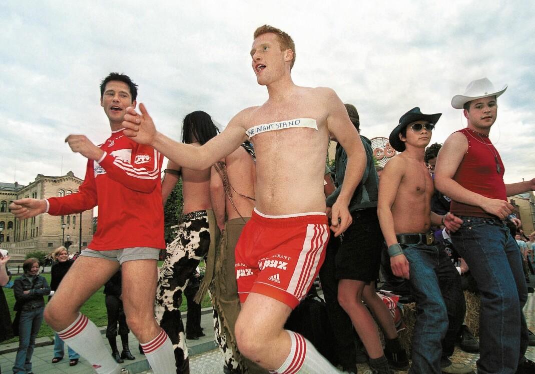 Nesodden-trener Lars Richard Bache (t.v.) sto fram som Norges eneste fotballhomo i Aftenposten i 2000. Her går han i Pride-paraden i Oslo i 2001.