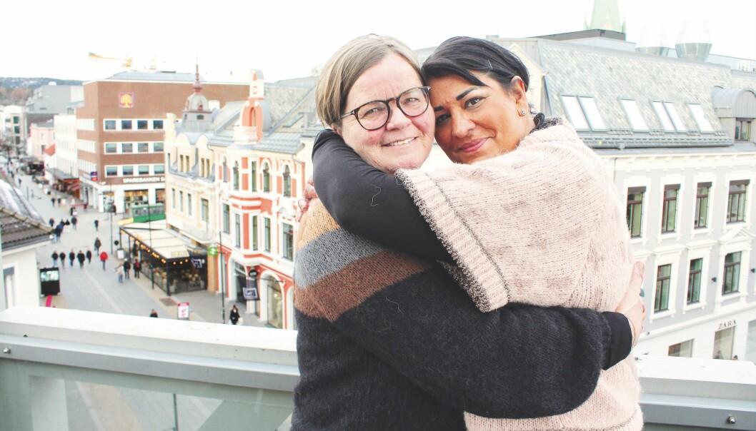 I første episode av FBB-podkasten «Å leve til vi dør», snakker hun om datteren Andrea. – Hvis vi ikke forteller enkelthistoriene, er det ikke så lett å nå fram med saken, heller ikke i media. Det er noe av utfordringen med å fronte barnepalliasjon, sier Natasha Kjærstad Pedersen (t.h.).