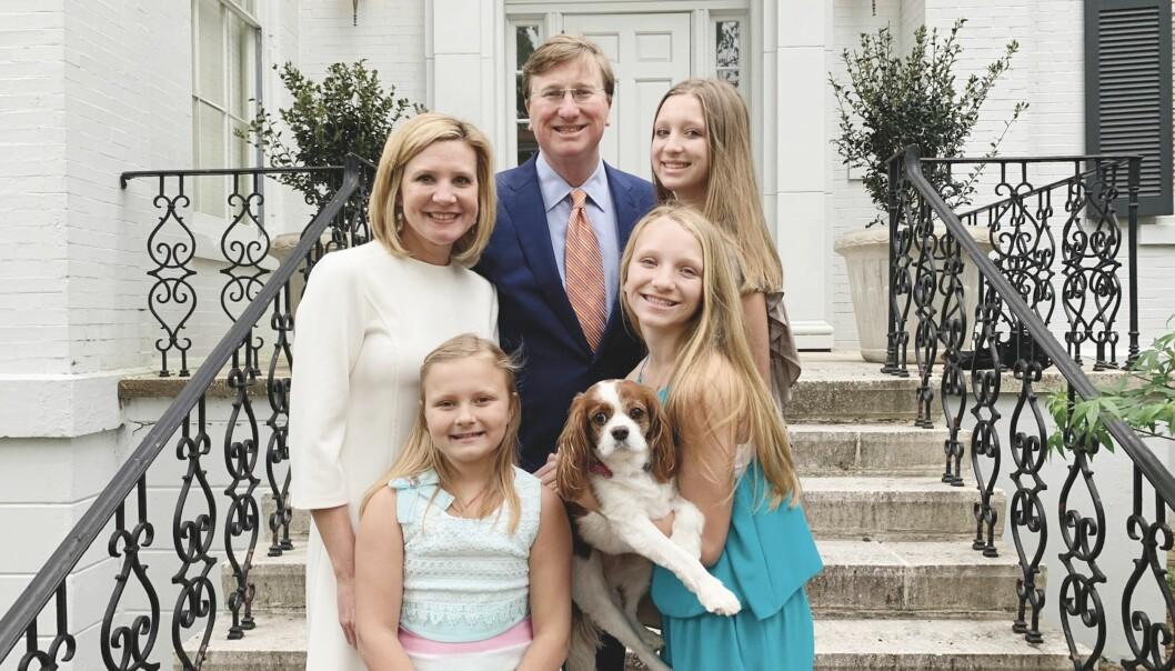 Den nye «rettferdighetsloven» som forbyr egendefinert kjønn, ble signert av Mississippis guvernør, Tate Reeves, her med sin familie.