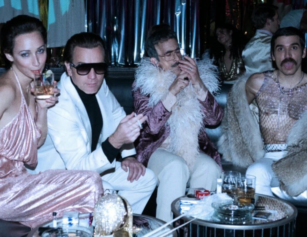 Ewan McGregor, i midten med solbriller, spiller den kjente designeren Roy Halston i den nye Netflixserien «Halston».