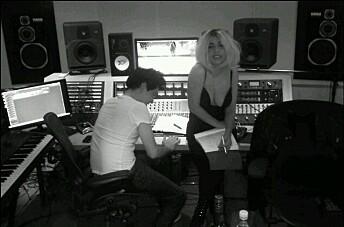 Visste du at «Born This Way» er litt norsk? Her er Lady Gaga i Livingroom Studios i Oslo i februar 2011, for å spille inn deler av tittelsporet, sammen med «Donkeyboy»-produsentene Simen Eriksrud og Espen Berg.