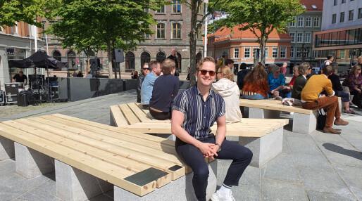 Kim Friele-skulptur innviet i Bergen på homodronningens 86-årsdag