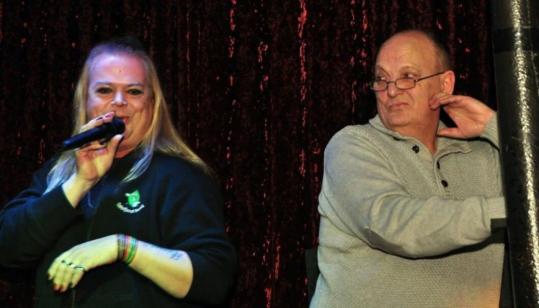 Håkon Karlsen (t.v.) har vært karaokevert på London Pub i mange år. Her vurderer han innsatsen til Anne Berit Lofstad.