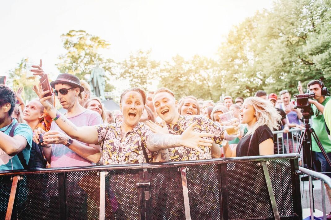 Publikum storkoste seg foran hovedscenen i Pride Park i 2018. Etter en digital festival i 2020, er Oslo Pride endelig tilbake i (delvis) fysisk form.
