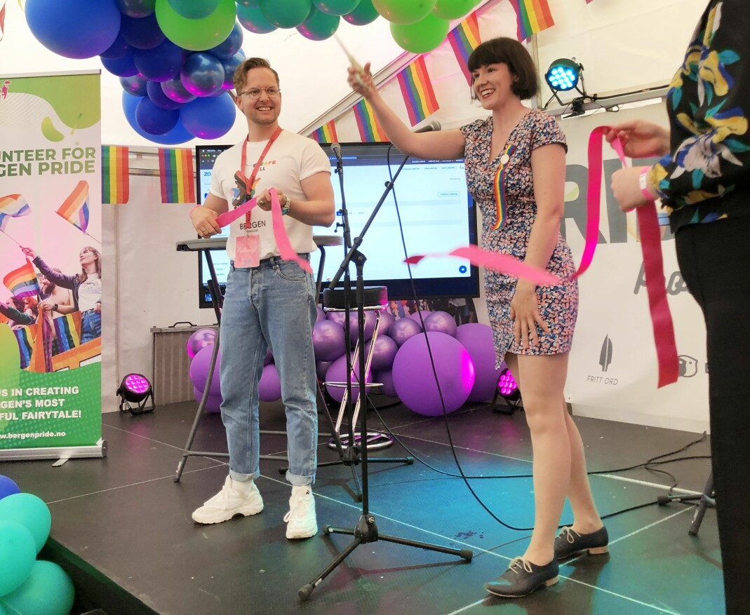 Festivalsjef Joakim Aadland og byråd for kultur, mangfold og likestilling, Katrine Nødtvedt (MDG) klippet snoren i Pride House-teltet i Bergen sentrum.