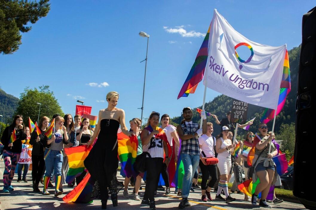 Strålende sol og fornøyde paradedeltakere i Førde under fjorårets Sofjo Pride.
