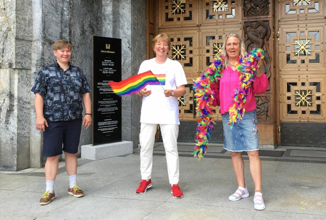 Styremedlem i Oslo Pride, Inger Kristin Haugsevje (t.v.), Oslos ordfører Marianne Borgen og aktivist og forfatter Jan Elisabeth Lindvik fikk æren av å lede flaggheisingen.