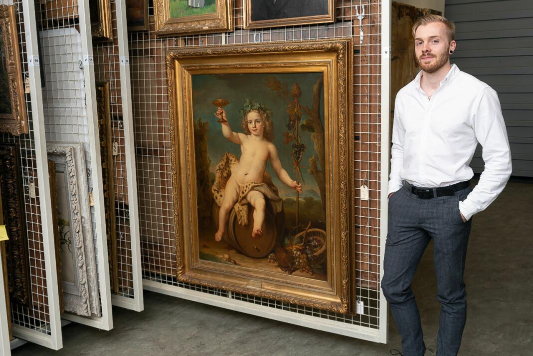 Prosjektansvarlig for Skeivt kulturår ved KODE, Mathias Skaset, foran maleriet «Bacchus som barn» i KODEs magasin.