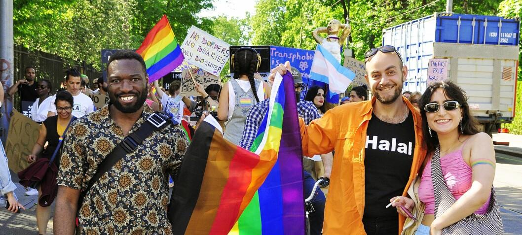 Solidaritetsparade farget ambassadestrøket i Oslo i regnbuefarger og protest