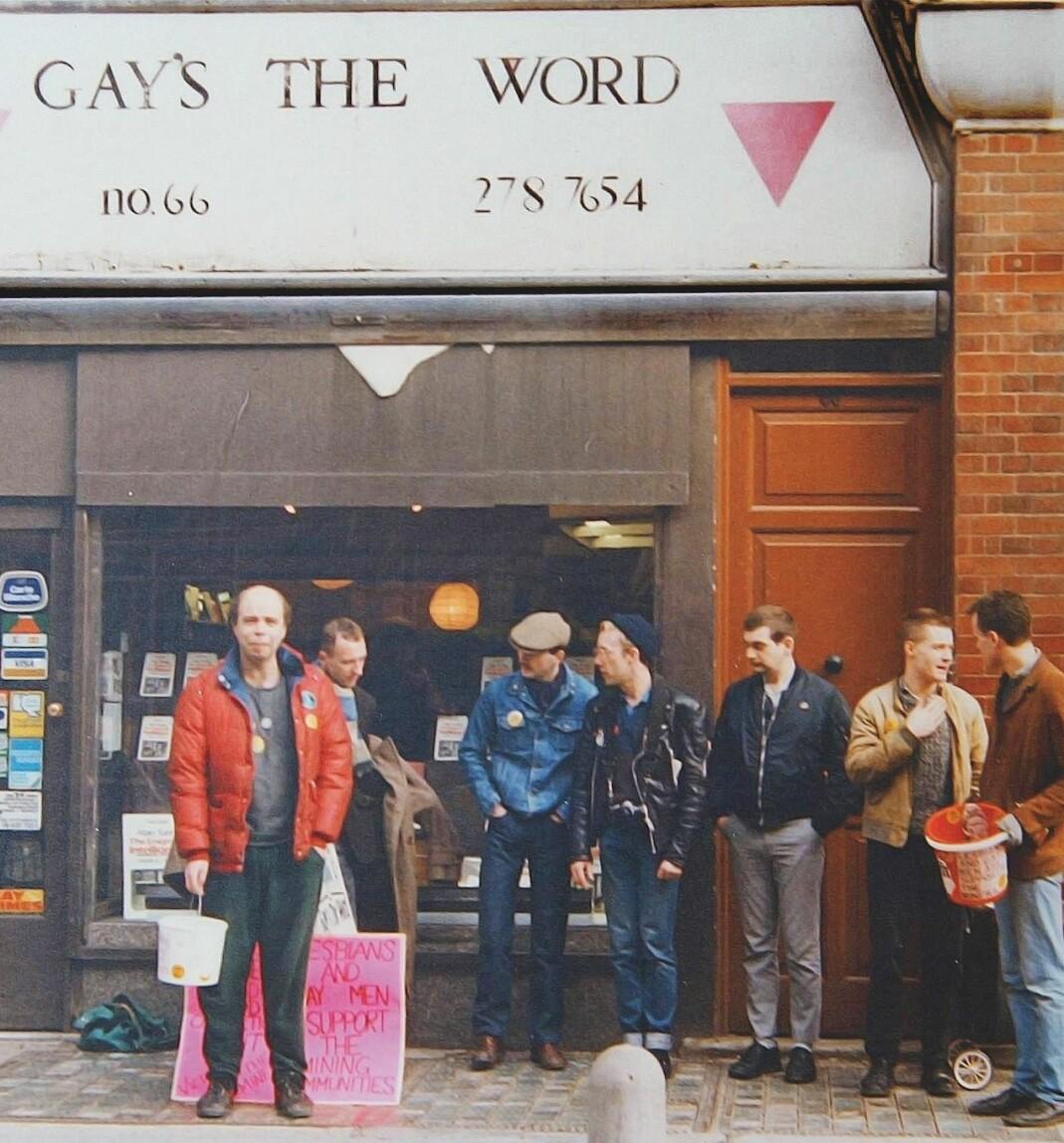 Her er noen av aktivistene i Lesbians and Gays Support Mineworkers utenfor bokhandelen Gay's The Word i London i 1984.