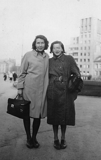 Oslo 1942. Gunvor Hofmo ( t.v.) og Ruth Maier fotografert p Drammensveien foran Odd Fellow-grden i 1942.