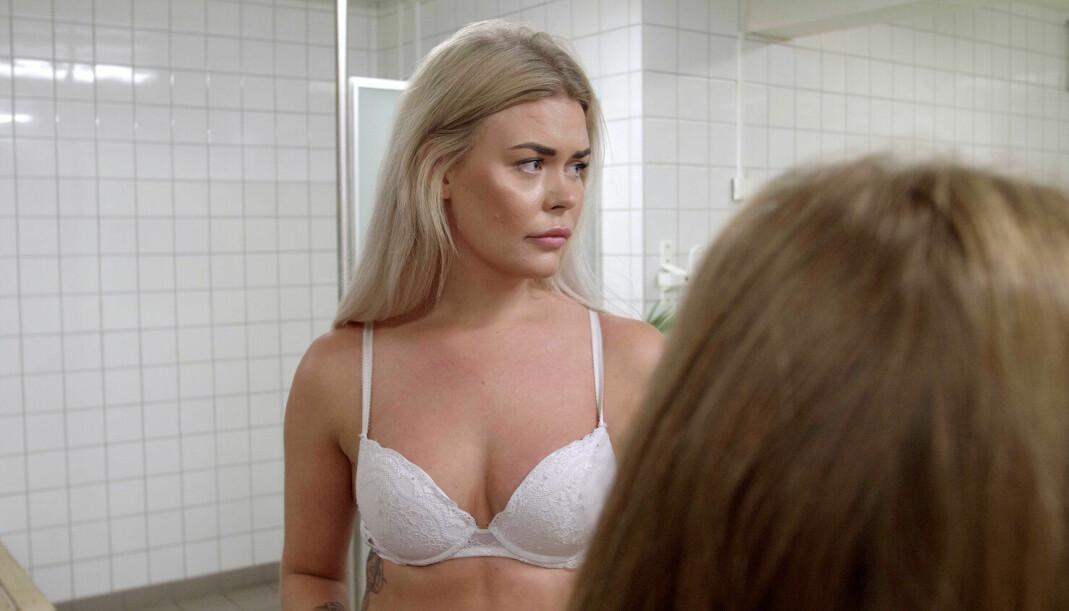 I «Hva er en kvinne?» spiller Mina Alette Høvik karakteren Juni. Hun får beskjed om å forlate garderoben fordi hun er trans.