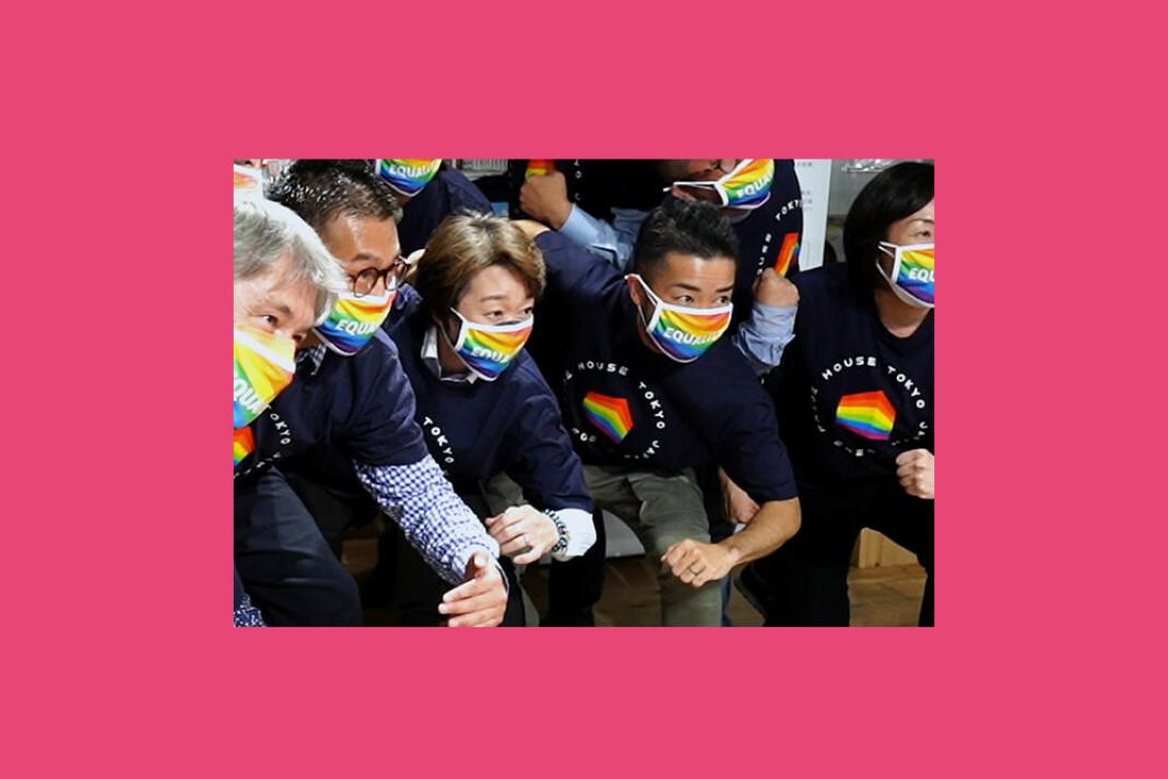 Tokyos OL-president, Seiko Hashimoto, i midten, besøker Tokyos Pride House, 27. april tidligere i år.