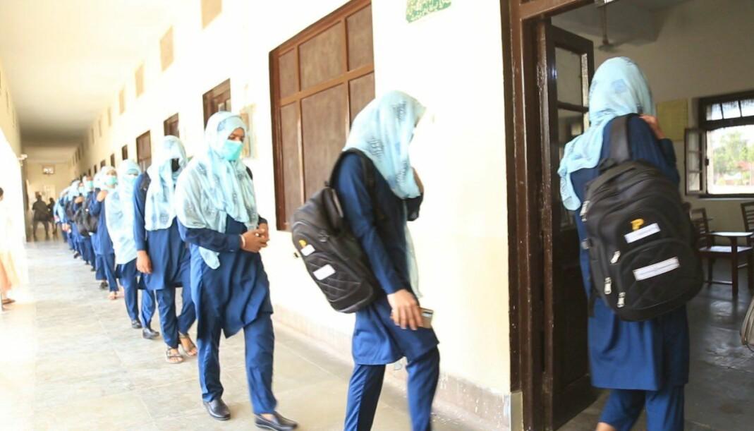 Studentene entrer klasserommet.