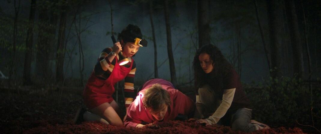 Kate (Julia Rehwald), Simon (Fred Hechinger) og Deena (Kiana Madeira) i «Fear Street del 1: 1994».
