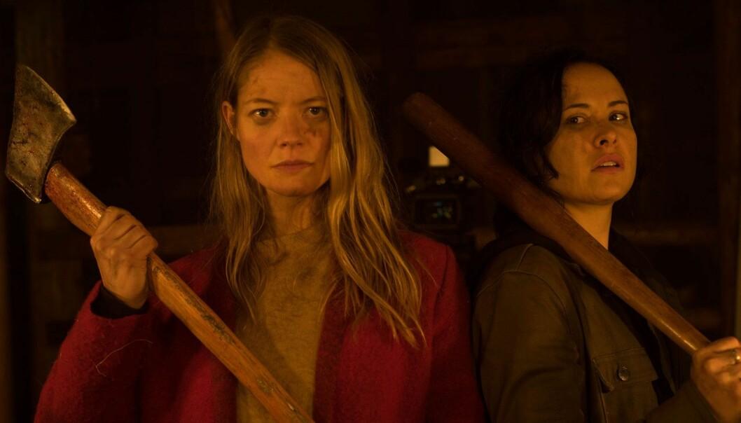 Renee (Tommie-Amber Pirie) og Valerie (Sarah Allen) slår tilbake i den lesbiske «slasher»-filmen «The Retreat» (2020).