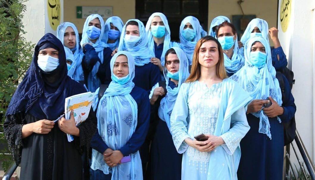 Lærer Alisha Sherazi (foran) poserer med skolens elever.