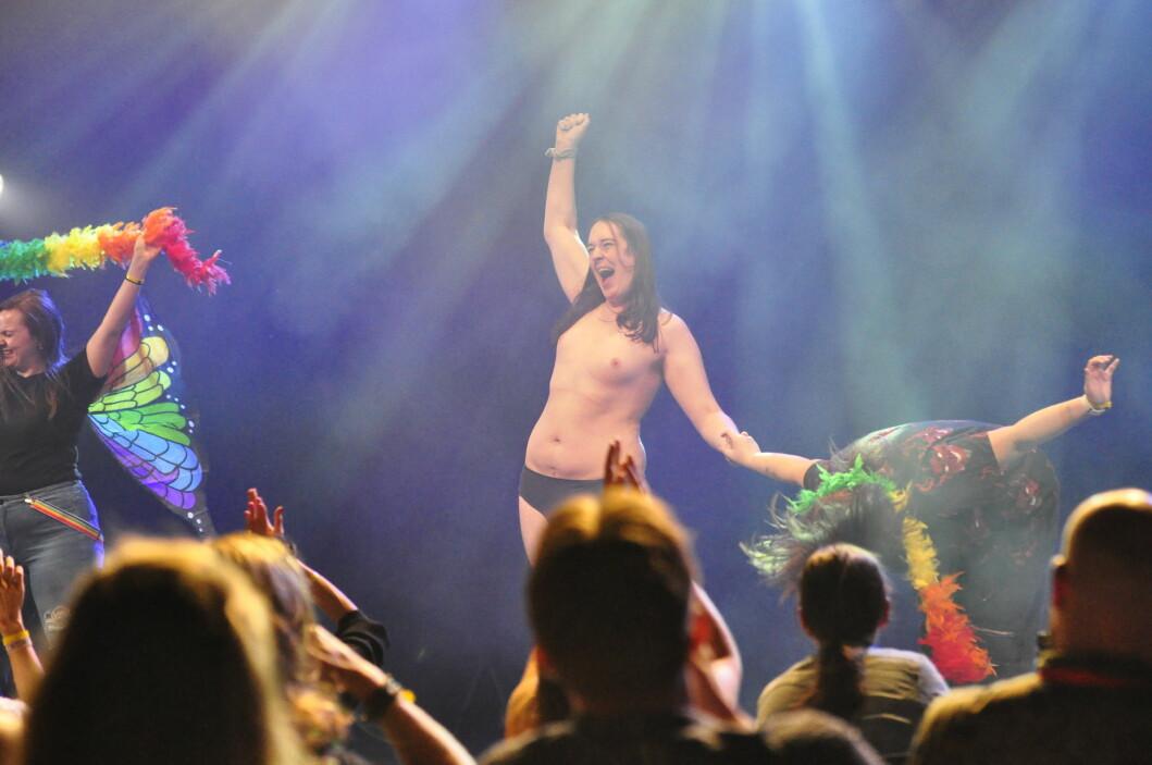 Publikum fikk også prøve seg som burleskdansere.