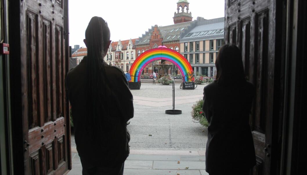 Regnbue-installasjonen skal stå til slutten av august, og under Skeive Sørlandsdager i Kristiansand fra 22. til 29. august.